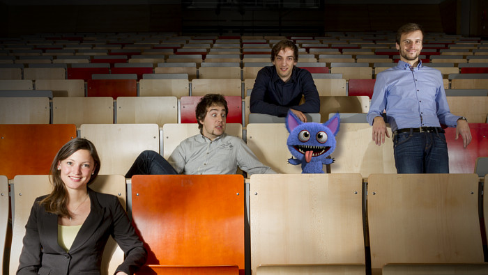White Pony-Team mit Spielfigur in einem Hörsaal der Universität Bayreuth